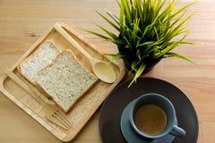 Ahueque la sopa con el desayuno del pan en la tabla de madera Imagen de archivo libre de regalías