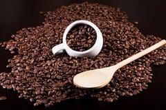 Ahueque por completo de granos de café y de una cuchara de madera Foto de archivo