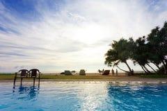 Ahungalla,斯里兰卡- 2015年12月- peop旅馆水池视图  免版税库存图片