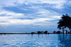 Ahungalla, Шри-Ланка - наслаждаться twilight часом на пляже стоковое изображение