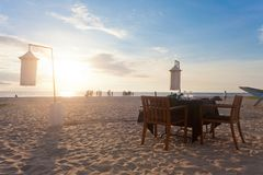 Ahungalla, Шри-Ланка - одиночная таблица на пляже Ahungalla подготавливает стоковое изображение