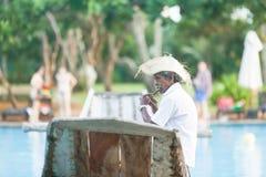 Ahungalla, Sri Lanka - ein alter gebürtiger Flötenspieler, der auf tra sitzt Lizenzfreie Stockfotografie