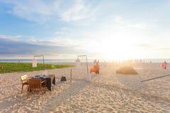 Ahungalla, Sri Lanka - eine einzelne Tabelle an Ahungalla-Strand bereiten sich vor Lizenzfreies Stockbild