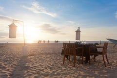 Ahungalla, Sri Lanka - eine einzelne Tabelle an Ahungalla-Strand bereiten sich vor Stockbild