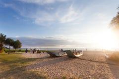 Ahungalla, Sri Lanka - traditionelle Barkassen bei Ahungalla setzen auf den Strand Lizenzfreies Stockbild