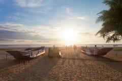 Ahungalla, Sri Lanka - traditionelle Barkassen bei Ahungalla setzen auf den Strand Lizenzfreie Stockbilder