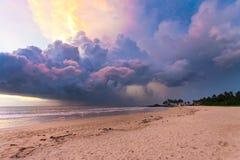 Ahungalla-Strand, Sri Lanka - bunte Wolken und Licht während SUs Stockfoto