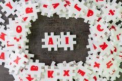 AI, künstliche Intelligenz mit dem tiefen Lernen oder Maschinenlernkonzept, weiße Puzzlespiellaubsäge, die das Wort AI auf dunkle stockbild