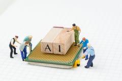 AI lub Sztucznej inteligenci pojęcie, miniaturowi ludzie postacie, zdjęcia royalty free