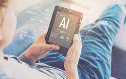 AI mit dem Mann, der eine Tablette verwendet stockbild