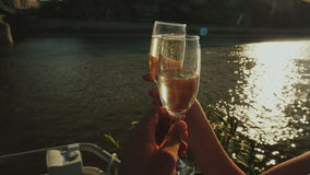Ai vetri del tintinnio su una nave di piacere Un partito in una crociera del fiume, una bella luce prima del tramonto Video di PO stock footage