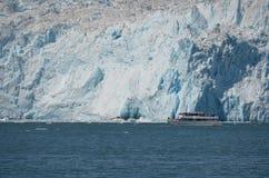 Aialik Gracier och kryssningfartyg, Kenai fjordar nationalpark, Seword, Alaska Arkivbilder