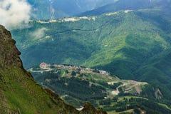 从Aibga山的顶端看法在有滑雪胜地的大厦的峡谷 免版税库存照片