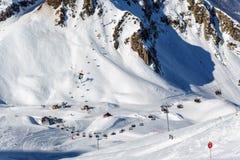 Aibga cirque narciarscy skłony i krzeseł dźwignięcia w Krasnaya Polyana, Sochi Zdjęcie Stock