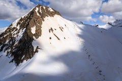 Aibga osiąga szczyt narciarskich skłony i cableway krzesła dźwignięcia w Krasnaya Polyana zimie uciekają się przy pogodnego chmur Obraz Royalty Free