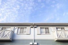 Aichi, ЯПОНИЯ - 15-ое сентября 2015: Предпосылка домашнего и голубого неба внутри Стоковое фото RF