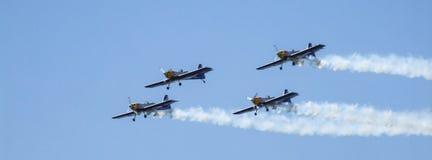 Aicraft acrobatici dell'elica di quattro pistoni durante l'esposizione immagine stock libera da diritti