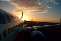 Aicraft de coucher du soleil Images stock