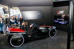Aidé conduisant la voiture de concept par Mitsubishi sur l'exposition le CeBIT 2017 à Hanovre Messe, Allemagne Photo libre de droits