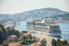 AIDAblu-Kreuzschiff in Dubrovnik lizenzfreie stockfotografie