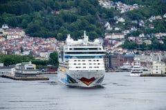 AIDAluna som lämnar Bergen, Norge Arkivfoton