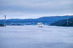 AIDAluna som lämnar Bergen, Norge Arkivbild