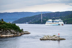 AIDAluna som lämnar Bergen, Norge Royaltyfria Bilder