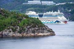 AIDAluna som lämnar Bergen, Norge Arkivbilder