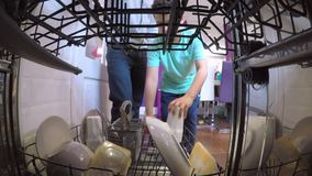 Aidant le papa à charger le lave-vaisselle banque de vidéos