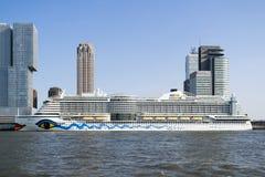 AIDAperla sur le terminal Rotterdam de croisière Photographie stock libre de droits