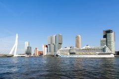 AIDAperla sur le terminal Rotterdam de croisière Photographie stock