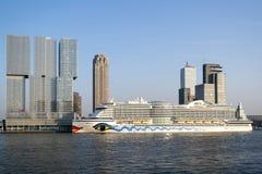 AIDAperla sur le terminal Rotterdam de croisière Photo stock