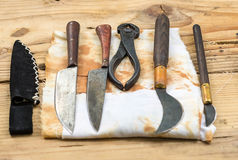 Aide antique de chirurgie d'art dentaire d'instruments médicaux sur une table en bois images stock