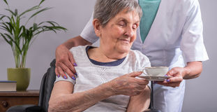 Aide aux personnes âgées image libre de droits