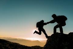 Aide d'alpiniste images libres de droits