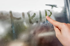 Aide d'inscription d'écriture d'enfant sur le verre humide Images libres de droits