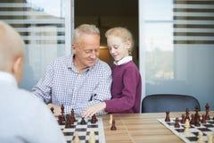 Aide dans le jeu d'échecs photo stock