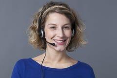 Aide de helpdesk d'un conseiller féminin souhaitant la bienvenue Photo libre de droits