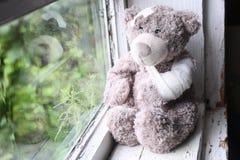 Aide de la maladie de jouet photographie stock libre de droits