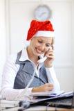 Aide de Santa fonctionnant dans le bureau Photos stock