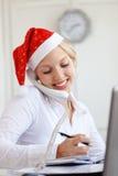 Aide de Santa fonctionnant dans le bureau Photo stock