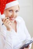Aide de Santa fonctionnant dans le bureau Photo libre de droits
