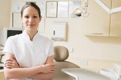 Aide dentaire dans le sourire de chambre d'examen Images stock