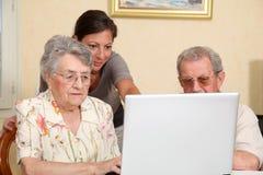 Aide des personnes âgées images stock
