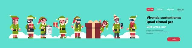 Aide du père noël de garçon de fille d'elfes de course de mélange tenant ensemble le concept différent de nouvelle année de vacan illustration de vecteur