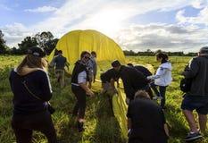 Aide du pliage de personnel de piste vers le haut du ballon photos stock