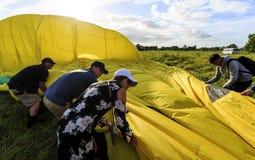 Aide du pliage de personnel de piste vers le haut du ballon photo stock