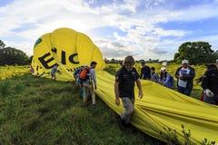 Aide du pliage de personnel de piste vers le haut du ballon photos libres de droits