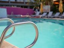 Aide en acier d'entrée de balustrade à la piscine extérieure le jour ensoleillé photo libre de droits