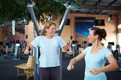 Aide femelle d'entraîneur de forme physique photographie stock